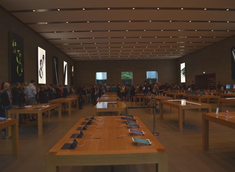 Anstehen im Apple Store