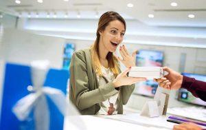 Frau bekommt Smartphone