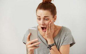 Mädchen mit Smartphone und WhatsApp