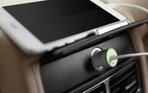 Akku unterwegs aufladen: Smartphone mit Adapter im Auto