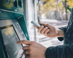 Smartphone am Geldautomaten