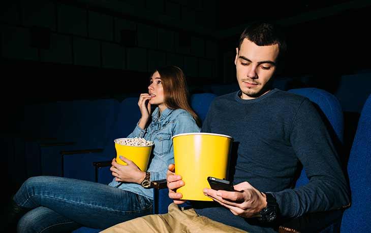 Mann im Kino Android-Games auf dem Smartphone