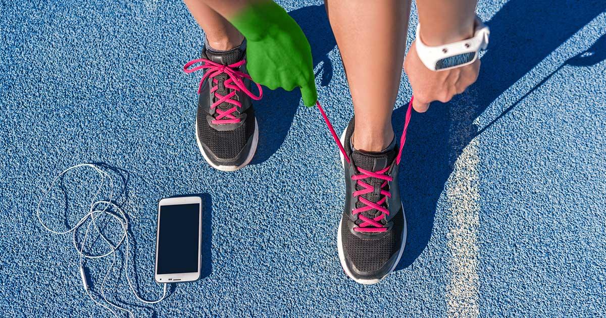Läufer hat das Smartphone beim Sport dabei