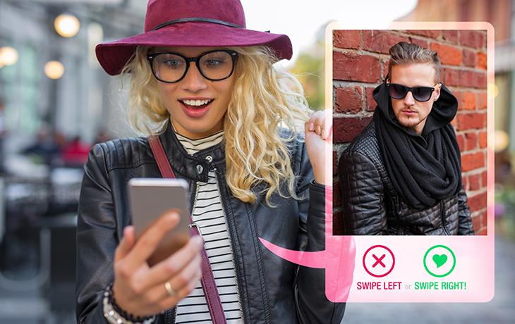 Tinder-Tipps: Frau, die auf ihr Handy guckt und tindert