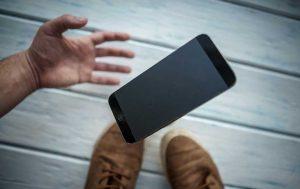 Display-Sturz: Handy fällt auf den Boden