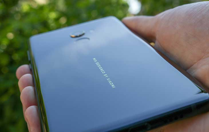 Der goldene Schriftzug verkündet den Namen Xiaomi Mi Mix 2