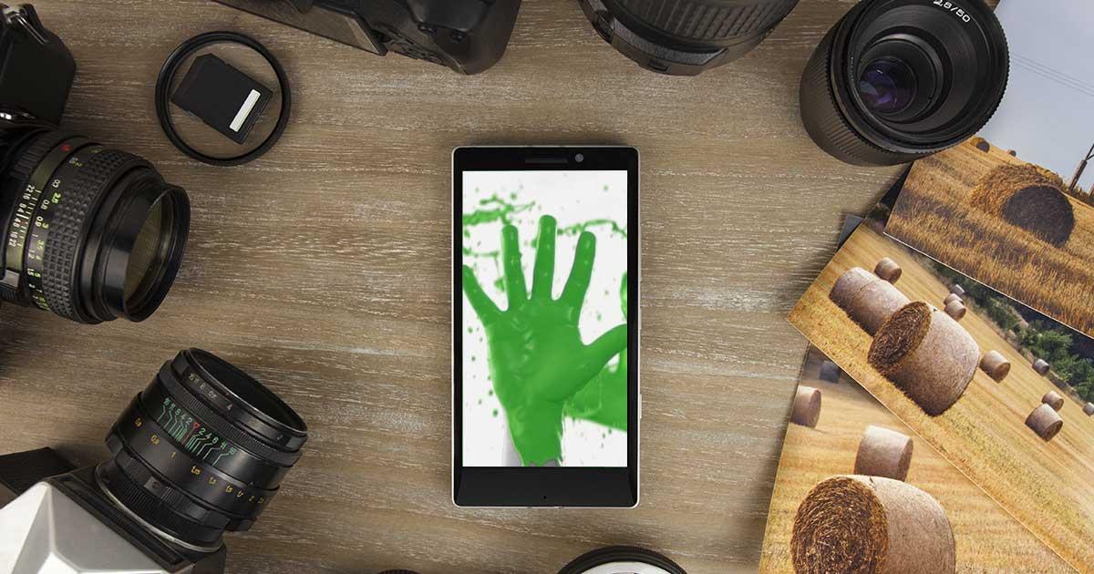 Smartphone umringt von Kameras und Zubehör