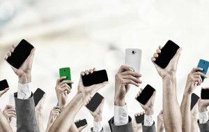Hände mit vielen Smartphones
