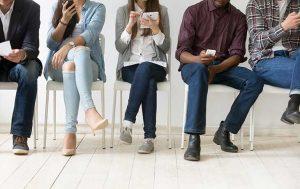 wartende Leute mit Smartphones