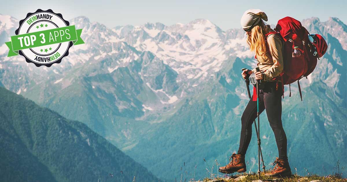 Wander App: Junge blonde Frau mit Wanderausrüstung läuft vor Berglandschaft