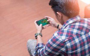 Gamer mit Smartphone
