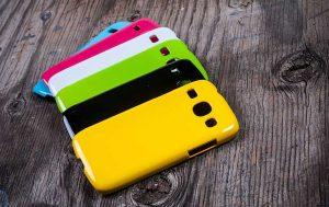 Handy reinigen: Schutzhüllen für Handys in Blau, grün, gelb, schwarz weiß und pink