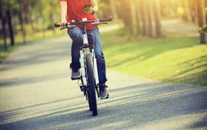 Handy am Steuer: Mensch auf Fahrrad mit Handy in der Hand