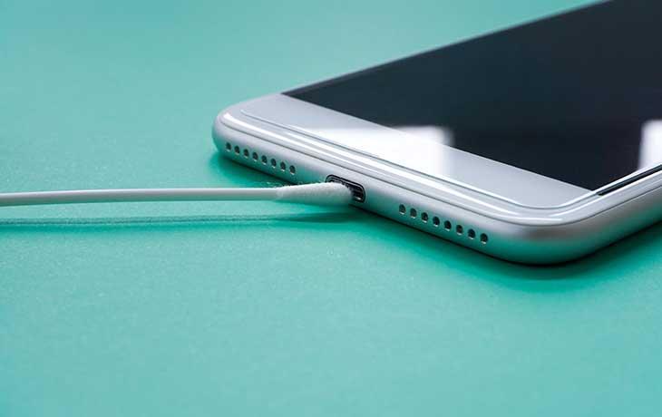 Handy reinigen: Wattestäbchen an USB-Anschluss von Smartphone