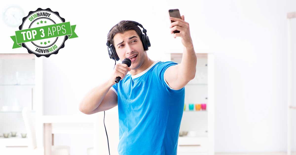 Karaoke App: Mann, der auf sein Smartphone schaut und dabei singt im Mikro