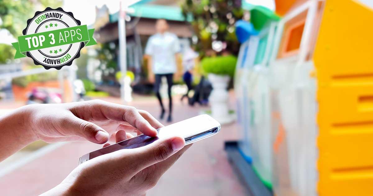Abfall-Apps: Frau mit Handy vor Mülleimer