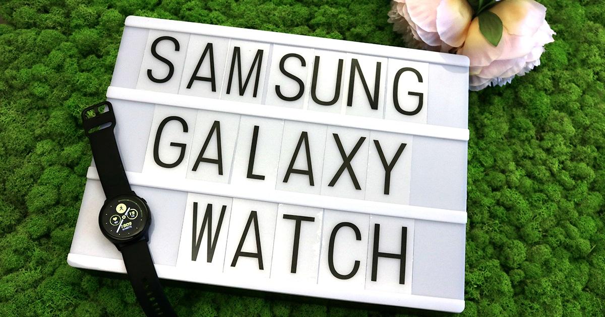 Galaxy Watch Active: Uhr auf Anzeige, grüner Hintergrund