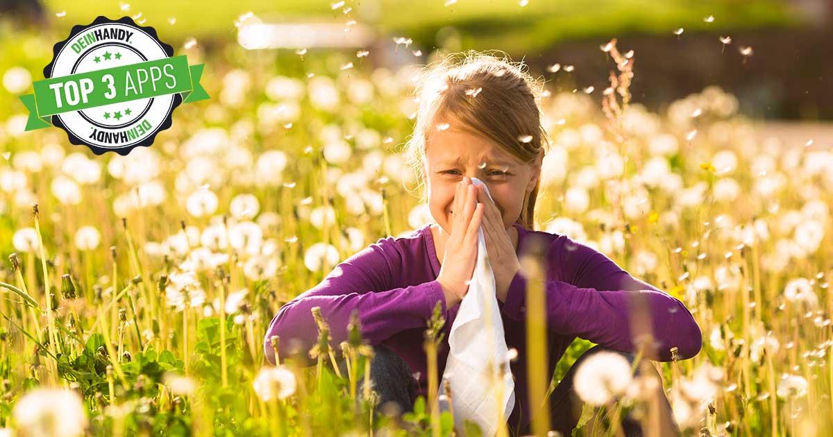 Pollenflug-Apps: Frau sitzt auf Wiese und muss sich die Nase putzen