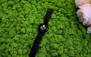 Samsung Galaxy Watch Active: Uhr auf Moos-Hintergrund