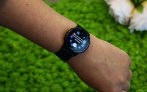 Samsung Galaxy Watch Active: Uhr an Handgelenk