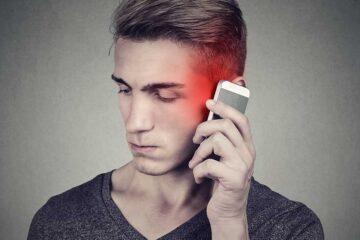 SAR-Wert-Liste: Mann mit Handy am Ohr