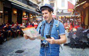 EU Roaming: Tourist mit Handy und Karte