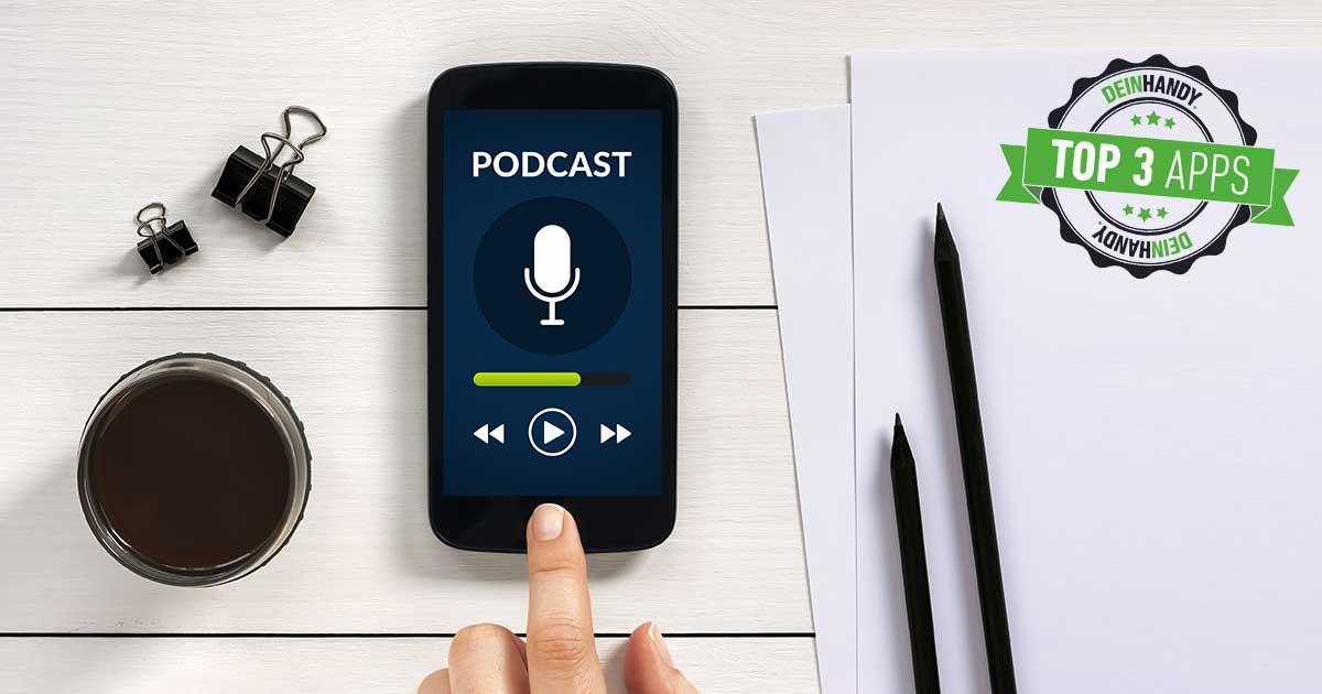 Podcast-App: Handy auf einem Tisch mit der Aufschrift Podcast im Bildschirm