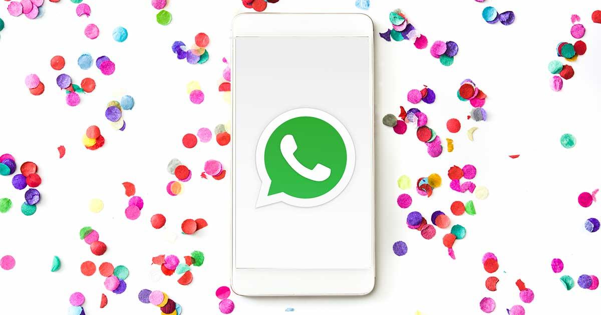 WhatsApp-Geburtstagsgrüße: Handy mit WhatsApp-Logo