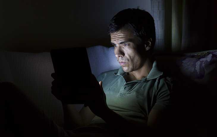 Heller Bildschirm in der Dunkelheit