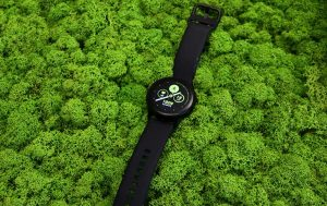 Galaxy Watch Active 2 vs. Galaxy Watch Active: Uhr vor grünem Hintergrund
