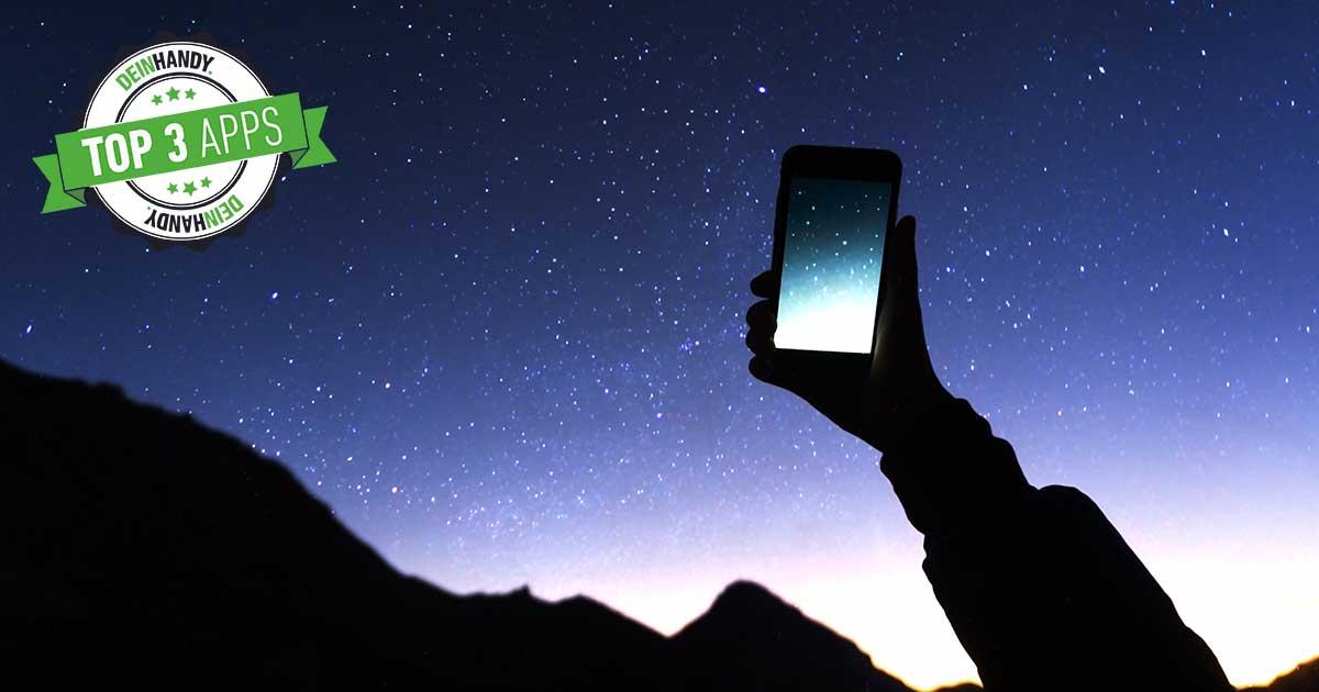 Sternenhimmel-App: Handy, das in den Himmel gehalten wird bei Nacht
