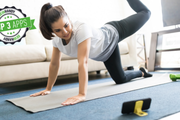 Workout-App: Frau macht ein Homeworkout im Wohnzimmer