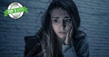 Ortungs-App: Besorgte Frau, die auf ihr Handy guckt