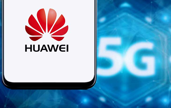 Huawei Handy mit 5G-Schriftzuck im Hintergrund