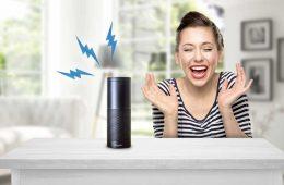 Amazons Alexa bringt eine Frau zum Lachen.