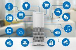 Amazon Echo: Lautsprecher mit Symbolen für integrierte Funktionen.