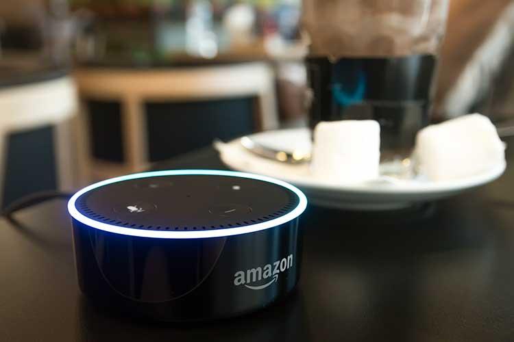 Echo Dot und Kaffee