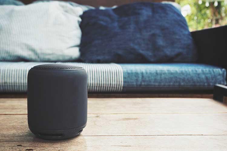 Google Home-Speaker auf dem Couchtisch.