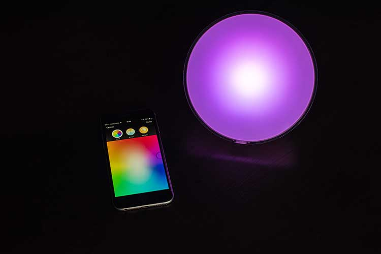 Smartphone und bunte Leuchte von Philips.