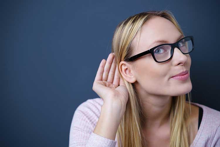 Frau hört Alexa zu.