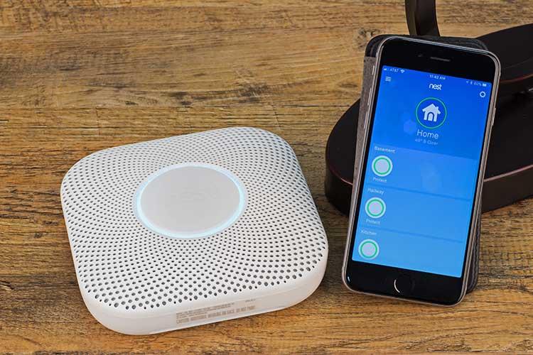 Smartphone mit Smart-Home-Gerät