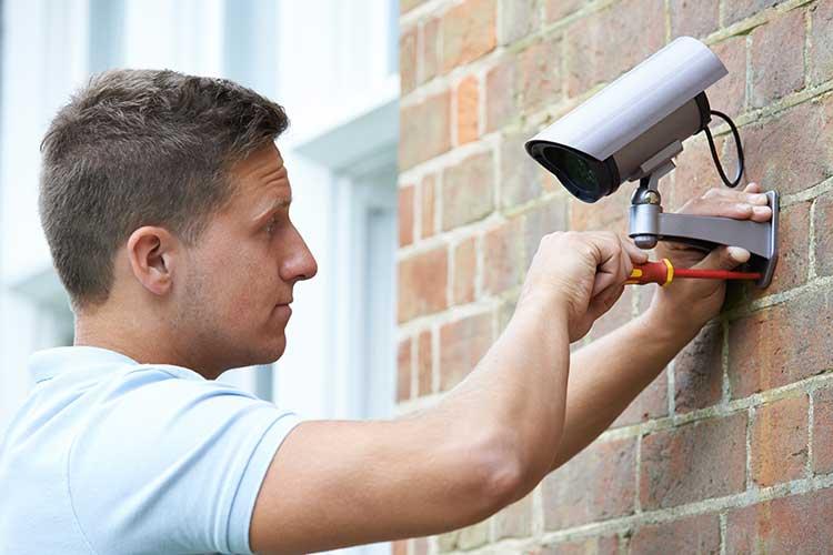 Eine IP-Kamera für den Außenbereich wird installiert.