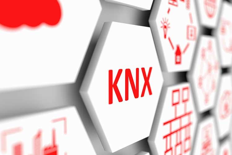 KNX-Kästchen an einer Wand mit Smart-Home-Grafiken