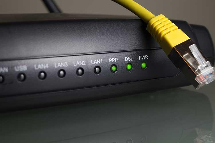 Router und LAN-Kabel sind essenzielle DSL-Komponenten.