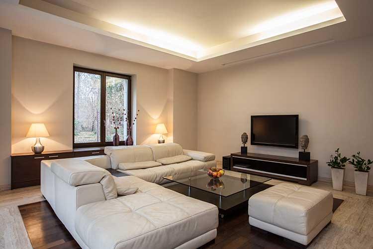 Smart Home: Wohnzimmer mit Sofa und Fernseher