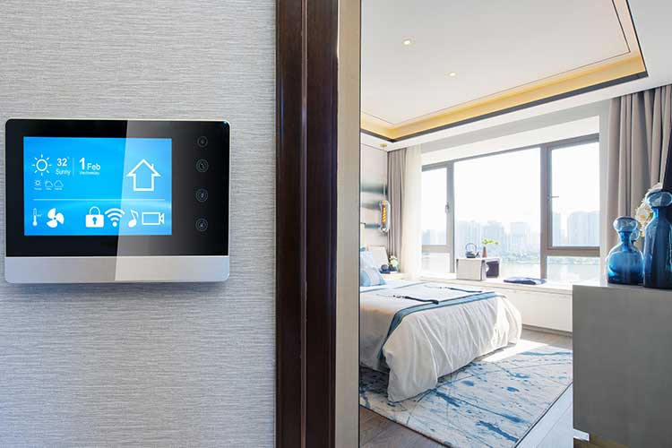 KNX: Blick ins Schlafzimmer, neben der Tür hängt eine Steuereinheit für Heizung, Klimaanlage und Musikanlage