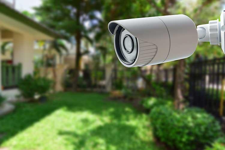 Netatmo Kamera: Überwachungskamera an der Außenwand überblickt Garten