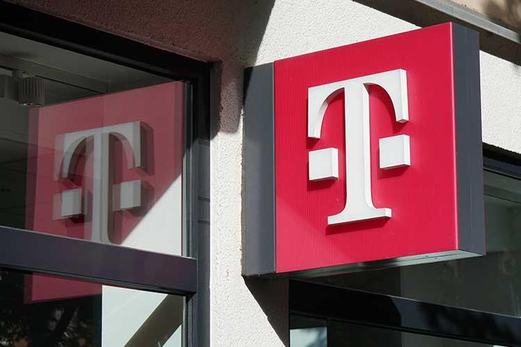 DSL Vertrag: Foto von einem Logo der Telekom, weißes T auf magentafarbenem Grund