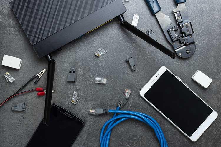 Router, Kabel und Smartphone: Relevante Komponenten für die Einrichtung eines Routers
