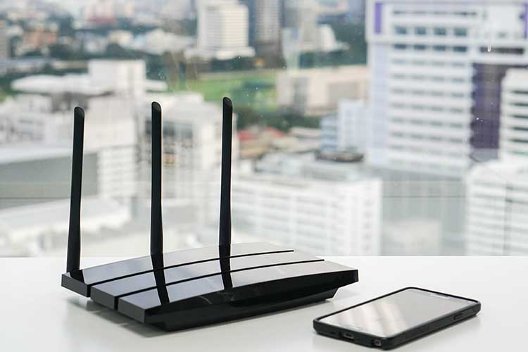 DSL-Router: Smartphone liegt neben Router